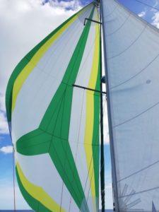 Spi asymétrique à couleurs personnalisées sur Beneteau Océanis 351