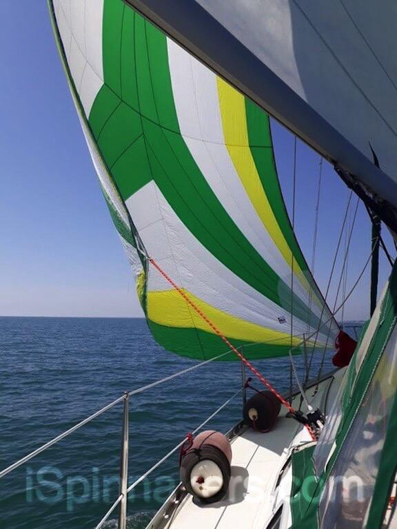 Spinnaker asymétrique jaune vert blanc sur Beneteau Oceanis 44